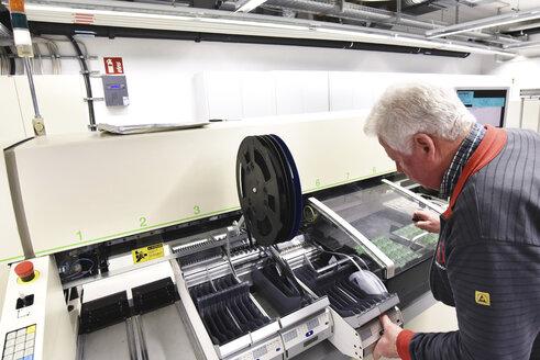 Mitarbeiter in der Fertigung von Elektronik - Leiterplatinen - LYF00904