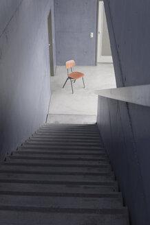 Treppenhaus, Perspektive auf einzelnen Stuhl, Symbolbild, Innnenaufnahme - CRF02821