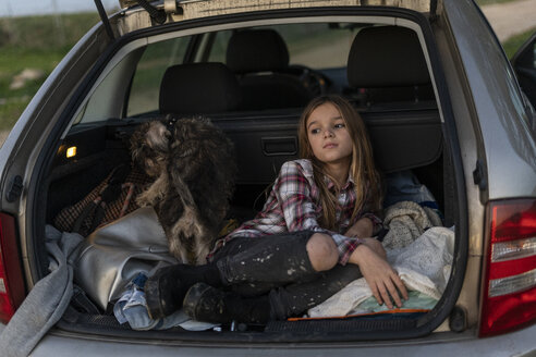 Girl waiting with her dog in parked car in the evening - ERRF00716