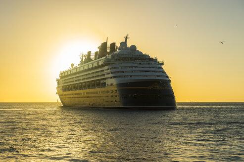 USA, Florida, Key West, Cruise ship in backlight - RUN01009