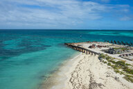 USA, Florida, Florida Keys, Dry Tortugas National Park, Fort Jefferson, White sand beach in turquoise waters - RUNF01017