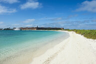 USA, Florida, Florida Keys, Dry Tortugas National Park, Fort Jefferson, White sand beach in turquoise waters - RUNF01023