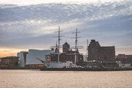 Germany, Mecklenburg-Western Pomerania, Stralsund, harbour with Ozeaneum and Gorch Fock - KEBF01068