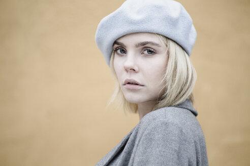 Junge Frau mit Baskenmütze schaut herausfordernd in die Kamera, Deutschland - JESF00225