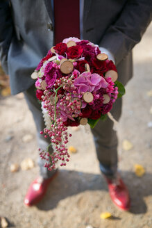 Elegant man holding bunch of flowers - VWF00057