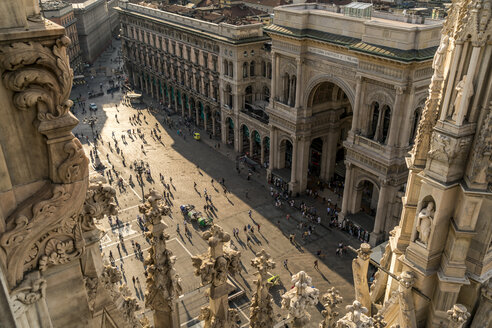 Italy, Milan, view from Milan Cathedral roof to Piazza del Duomo - PC00391