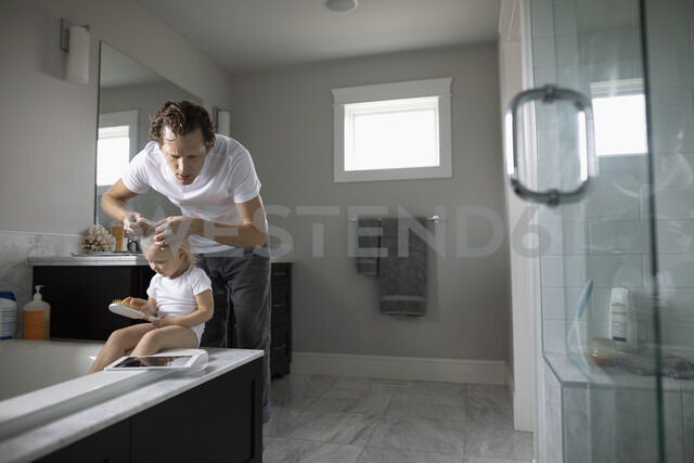 Father checking toddler daughter s hair for lice - HEROF10309 - Hero Images/Westend61