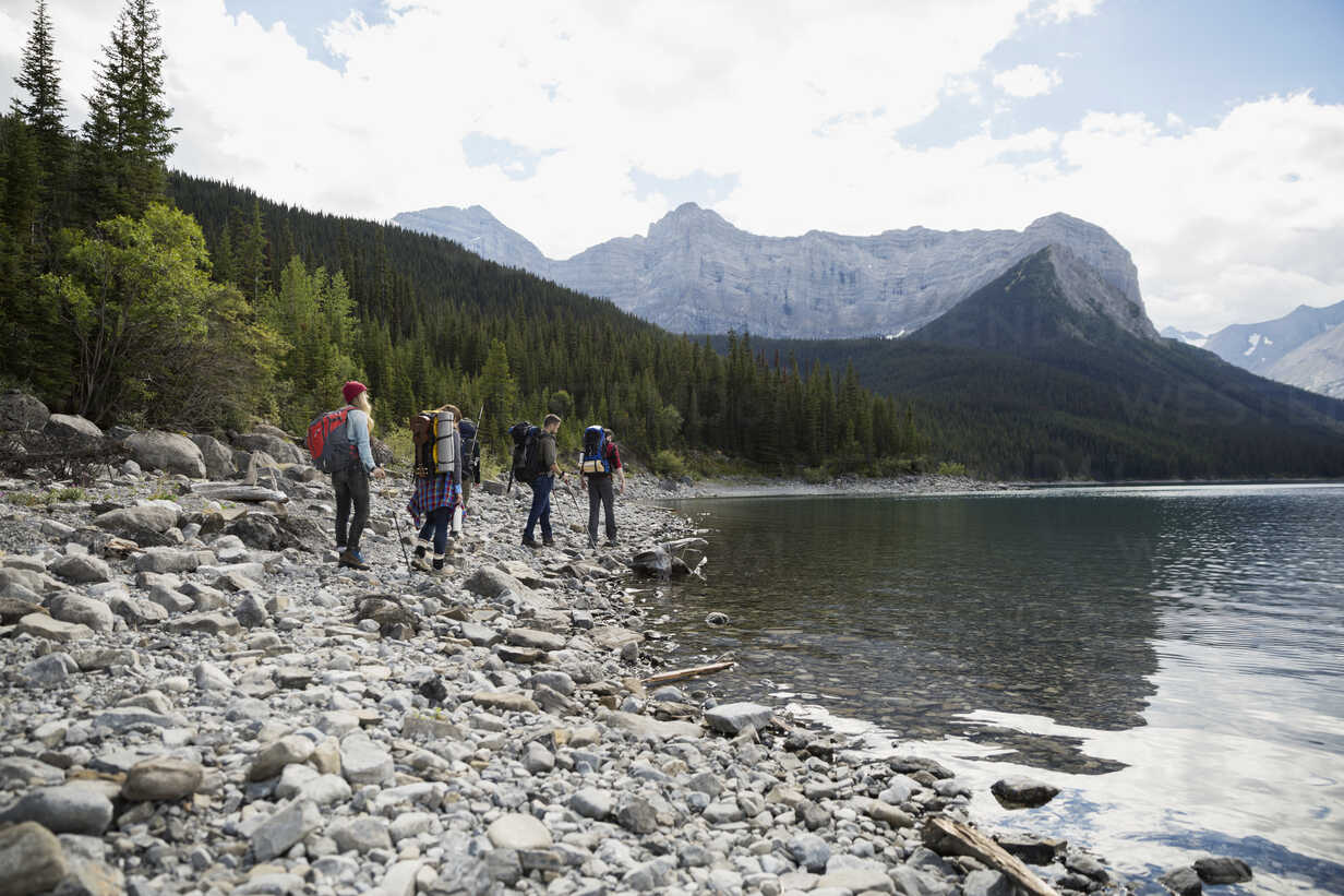 Friends hiking along craggy remote lake - HEROF12352 - Hero Images/Westend61