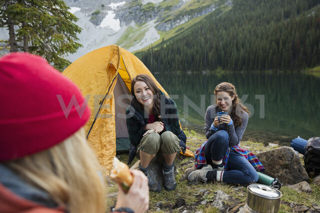 Female friends camping at remote lakeside campsite - HEROF12385 - Hero Images/Westend61