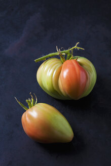 Oxheart tomato, Ochsenherz Tomaten (Solanum lycopersicum), grün, rot, Reifegrade, dunkler Untergrund - CSF29275