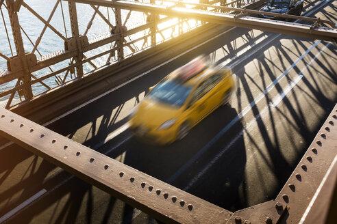 Taxi in Fahrt, Brooklyn Bridge, USA, New York City - GCF00236
