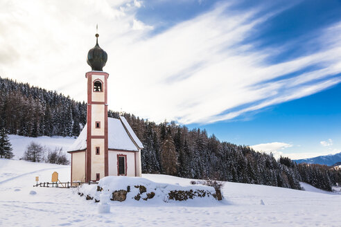 Italy, Trentino Alto-Adige, Val di Funes, Santa Maddalena, San Giovanni in Ranui chapel on a sunny winter day - FLMF00115