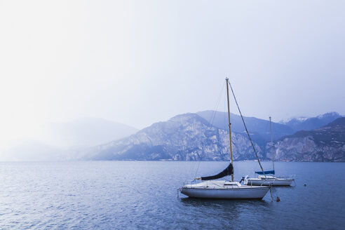 Italy, Veneto, Sailing boats on Lake Garda near Val di Sogno - FLMF00127