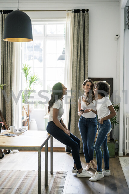 Three happy women socializing at home - GIOF05674 - Giorgio Fochesato/Westend61