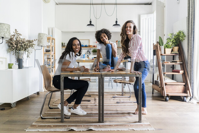 Portrait of three happy women at table at home - GIOF05692 - Giorgio Fochesato/Westend61