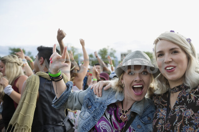 Portrait enthusiastic young women gesturing in crowd at summer music festival - HEROF13964 - Hero Images/Westend61