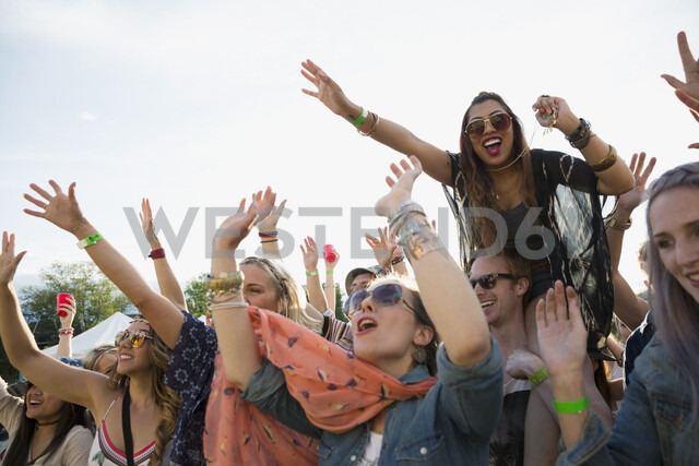 Young crowd cheering at summer music festival - HEROF14108 - Hero Images/Westend61