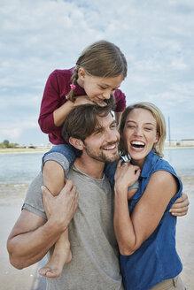 Deutschland, NRW, Düsseldorf, Rhein, Rheinufer, Strand, Pärchen mit Tochter am Strand, Ferien, Urlaub, Freizeit, Familie - RORF01703