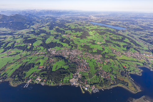 Germany, Bavaria, Aerial view of Lake Chiemsee, Prien, Rimsting and Schafwaschener Winkel in the foreground. Rosenheim and Simsee in the background - MMAF00814