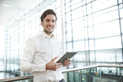 portrait junger business mann mit  tablet, münchen, bayern, deutschland - PNEF01233