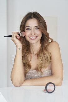 natürliches beauty portrait lachende junge frau trägt make-up auf, münchen, bayern, deutschland - PNEF01299