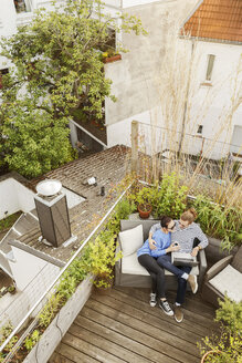 Young couple relaxing on their balcony - PESF01169