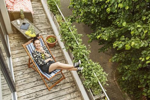 Deutschland, NRW, Frechen, Homestory,Eigenheim, Eigentum, Wohnung, Home, Balkon, junge Frau, Entspannen, Liegestuhl - PESF01187
