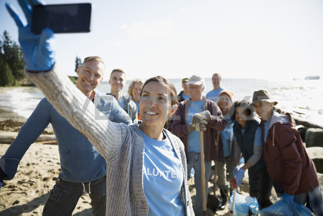 Beach cleanup volunteers taking selfie with camera phone - HEROF17503 - Hero Images/Westend61