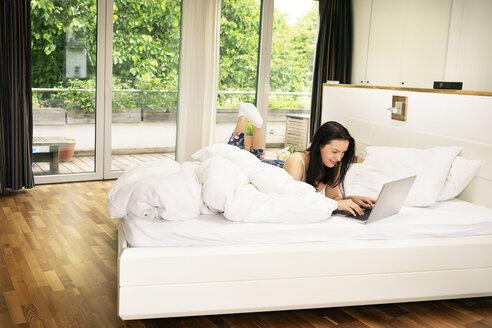 Deutschland, NRW, Frechen, Morgen, Bett, Bettdecke, Zuhause, device - PESF01203
