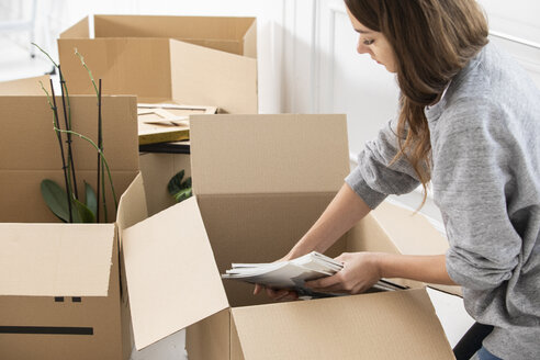 Woman packing cardboard boxes - ERRF00733
