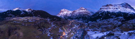 Switzerland, Canton of Bern, Wetterhorn, Grindelwald, townscape at blue hour in winter - AMF06757