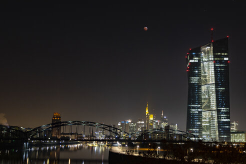 Germany, Hessen, Frankfurt am Main, total lunar eclipse of January 21, 2019 facing the ECB tower, the river Main and the city skyline - THGF00077