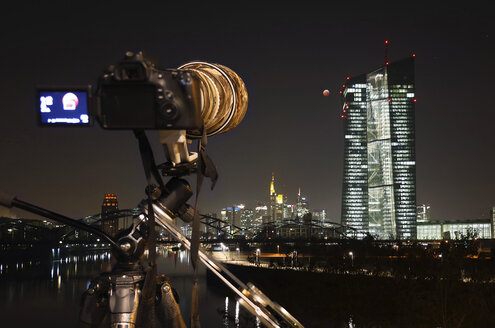 Germany, Hessen, Frankfurt am Main, camera and optical setup during total lunar eclipse of January 21, 2019, facing ECB tower and city skyline - THGF00080