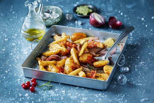 Roasted vegetables with red onions in roasting tin, seasonal christmas food - CUF48498