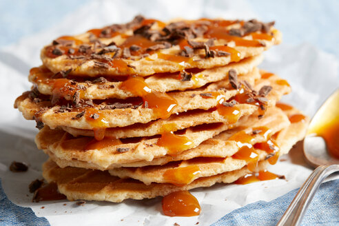 Waffle crisps with dark chocolate and caramel sauce - CUF48636