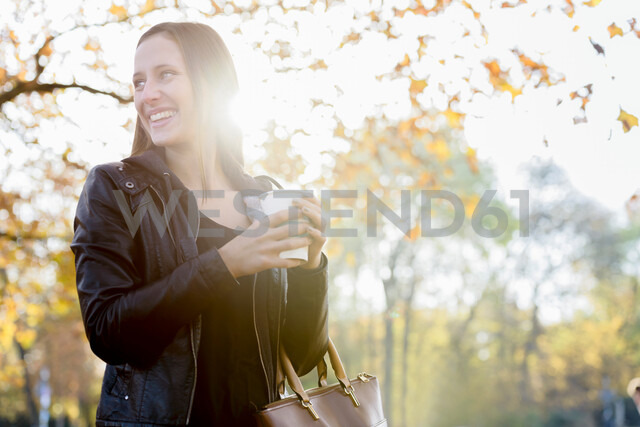 Young woman on coffee break in park - CUF48828 - suedhang/Westend61