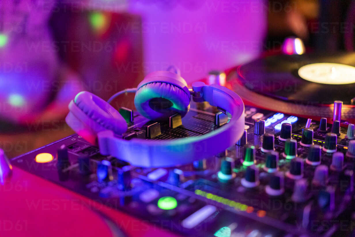 Headphones on illuminated mixing board - AFVF02349 - VITTA GALLERY/Westend61