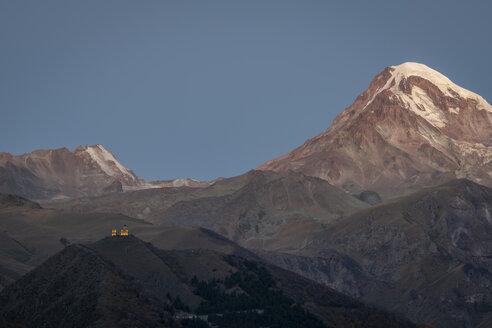 Georgien, Großer Kaukasus, Stepanzminda, Blick auf die Gergetier Dreifaltigkeitskirche und den Berg Kazbegi - KEBF01110