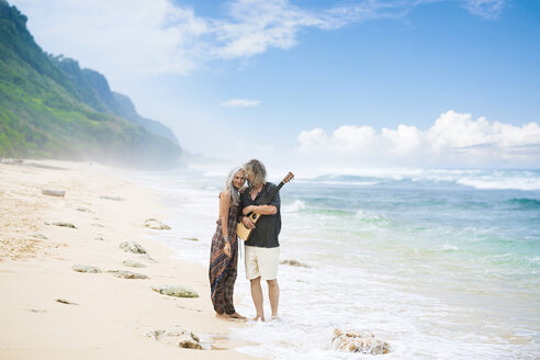 Senior hippie couple in love on the beach - SBOF01714