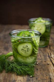 eigelegte Salatgrurke (pressgurka, schwedisch, Pressgurke) mit Dill und weißen Pfefferkörnern - LVF07763