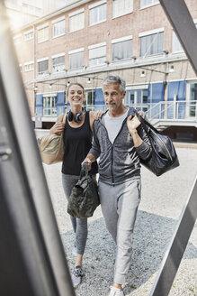 Deutschland, NRW, Düsseldorf, Lifestyle, Sport, GYM, Best Ager und junges Mädchen mit Sporttaschen auf dem Weg ins Gym - RORF01713