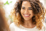 Portrait of a smiling young woman - PESF01399