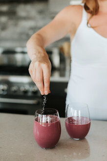Pregnant woman preparing smoothie in kitchen - ISF20910
