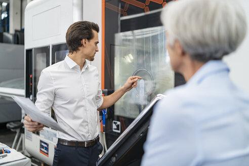 Deutschland, Wolfratshausen, W61 und M28, Business, Industrie, Gesprächssituation, Produktionshalle - DIGF05832