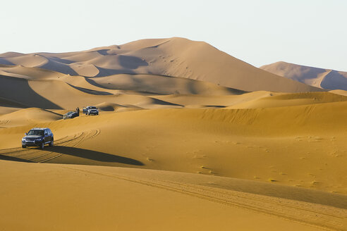 Morocco, desert, off-road vehicles on dune - OCMF00282