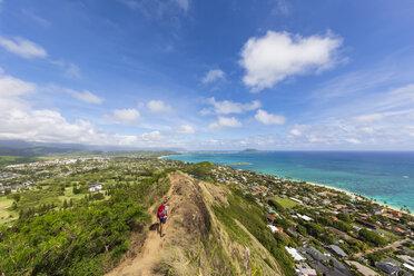 USA, Pazific Ocean, Hawaii, Oahu, Kailua, female hiker on the Lanikai Pillbox Trail, Kaiwa RidgeTrail - FOF10379