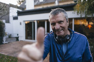 Portrait of confident sportive senior man in garden - KNSF05553