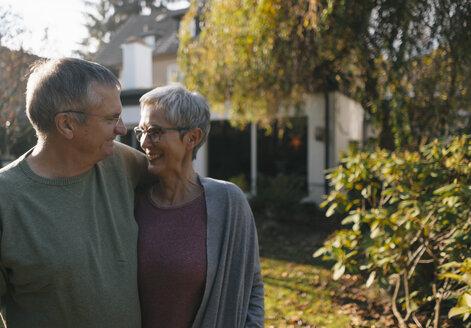 Senioren, Gelsenkirchen, NRW, Deutschland, Alter, Paar, Ehe, gemeinsam, Garten, Immobilie, w56, m67 - KNSF05556