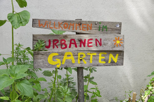 Germany, Berlin-Mitte, welcome sign to urban gardening - ALEF00097