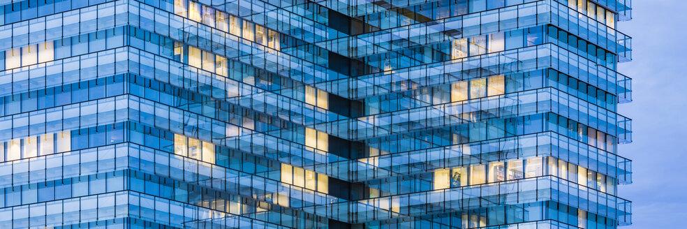 Deutschland, Baden-Württemberg, Stuttgart, modernes Bürogebäude, Verwaltungsgebäude, Büro, Büros, beleuchtet, Business, Arbeitsplatz,  Überstunden - WDF05081
